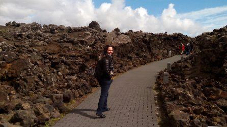 Acceso al Blue Lagoon entre piedra volcánica