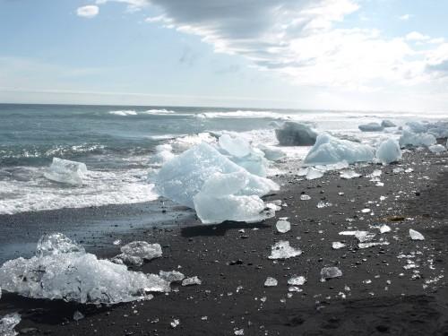 Playa negra con fragmentos de icebergs