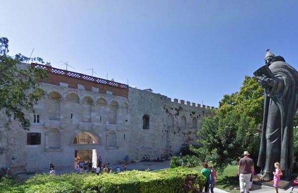 Puerta de Oro y estátua de Gregorio de Nin