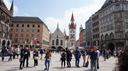 Marienplatz con el antiguo ayuntamiento (Altes Rathaus) al fondo.