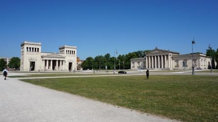 Königsplatz con los Propyläen a la izquierda y el Glyptothek a la derecha.