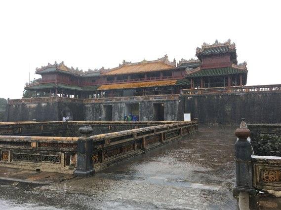 Puerta del mediodía Ngo Mon y balcón de los Cinco Fénix