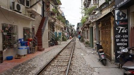 La mítica calle atravesada por la vía del tren