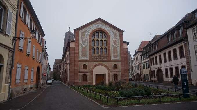 Biblioteca Humanística con la Iglesia de San Jorge al fondo